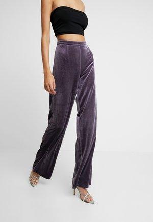 LIGHT MAGIC WIDE LEG TROUSERS - Pantalones - purple