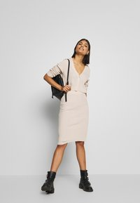 Missguided - CROPPED AND RIBBED KNITTED MIDAXI SKIRT - Cardigan - camel - 1