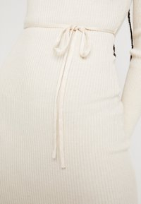Missguided - ROUND NECK BELTED MIDI DRESS - Vestido de tubo - cream - 5