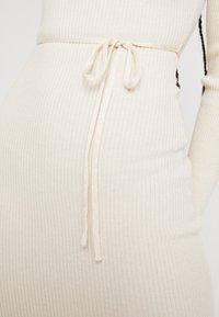Missguided - ROUND NECK BELTED MIDI DRESS - Pouzdrové šaty - cream - 5