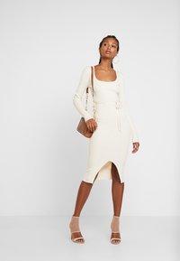 Missguided - ROUND NECK BELTED MIDI DRESS - Pouzdrové šaty - cream - 1