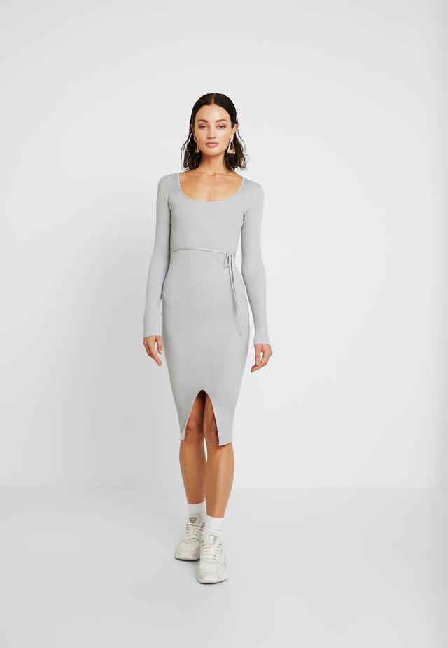 ROUND NECK BELTED MIDI DRESS - Shift dress - grey