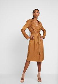Missguided - PLUNGE BELTED SLIT FRONT MIDI DRESS - Shirt dress - sand - 2
