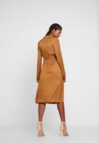 Missguided - PLUNGE BELTED SLIT FRONT MIDI DRESS - Shirt dress - sand - 3