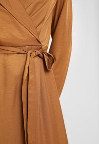 Missguided - PLUNGE BELTED SLIT FRONT MIDI DRESS - Robe chemise - sand - 6