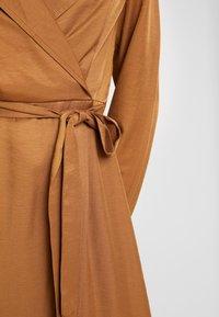 Missguided - PLUNGE BELTED SLIT FRONT MIDI DRESS - Shirt dress - sand - 6