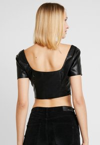 Missguided - JORDAN LIPSCOMBE PU MILKMAID TOP HOOK & EYE - Blus - black - 2