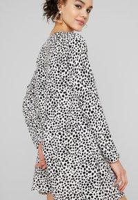 Missguided - BUTTON THROUGH SMOCK POLKA DOT - Korte jurk - black/white - 4