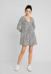 Missguided - BUTTON THROUGH SMOCK POLKA DOT - Korte jurk - black/white - 2