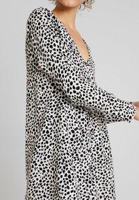 Missguided - BUTTON THROUGH SMOCK POLKA DOT - Korte jurk - black/white - 5