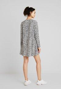 Missguided - BUTTON THROUGH SMOCK POLKA DOT - Korte jurk - black/white - 3