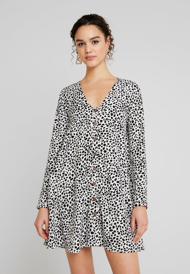 Missguided - BUTTON THROUGH SMOCK POLKA DOT - Korte jurk - black/white