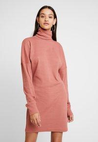 Missguided - OVERSIZED ROLL NECK DRESS - Gebreide jurk - rust - 0