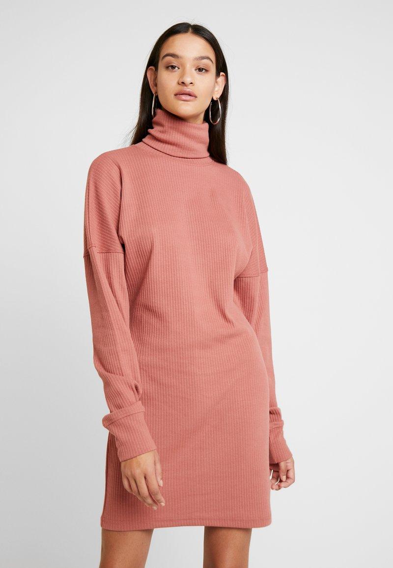 Missguided - OVERSIZED ROLL NECK DRESS - Gebreide jurk - rust