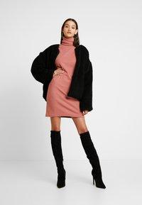 Missguided - OVERSIZED ROLL NECK DRESS - Gebreide jurk - rust - 1
