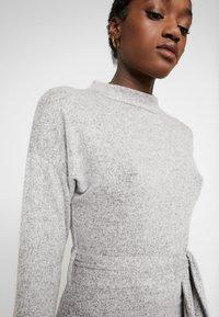 Missguided - BRUSHED HIGH NECK BELTED MIDI DRESS - Etui-jurk - grey - 4