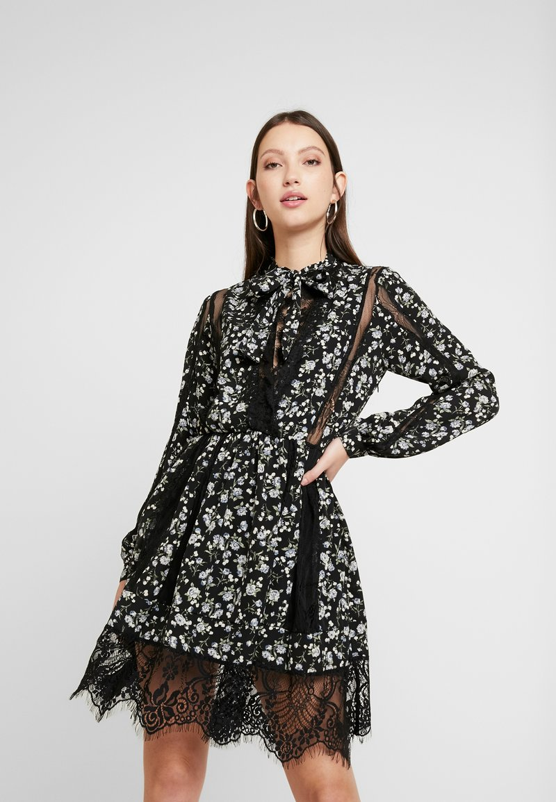 Missguided - DETAIL FLORAL TIE NECK DRESS - Kjole - black
