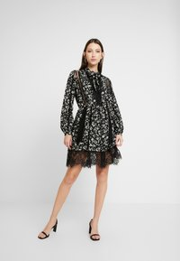 Missguided - DETAIL FLORAL TIE NECK DRESS - Robe d'été - black - 1