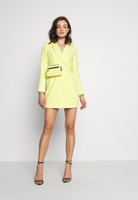 Missguided - CODE CREATE BLAZER DRESS AND BUMBAG - Denní šaty - yellow - 2