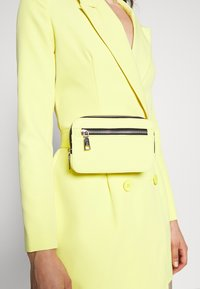 Missguided - CODE CREATE BLAZER DRESS AND BUMBAG - Denní šaty - yellow - 4
