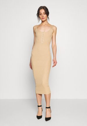 POPPER RIBBED KNITTED MIDAXI DRESS - Pletené šaty - camel