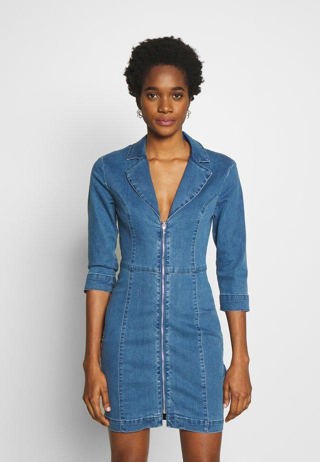 TAILORED ZIP FRONT DRESS - Sukienka jeansowa - blue