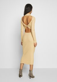 Missguided - EXTREME CROSS BACK MIDAXI DRESS - Gebreide jurk - camel - 0