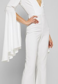 Missguided - PLUNGE FLARE SLEEVE  - Tuta jumpsuit - white - 6