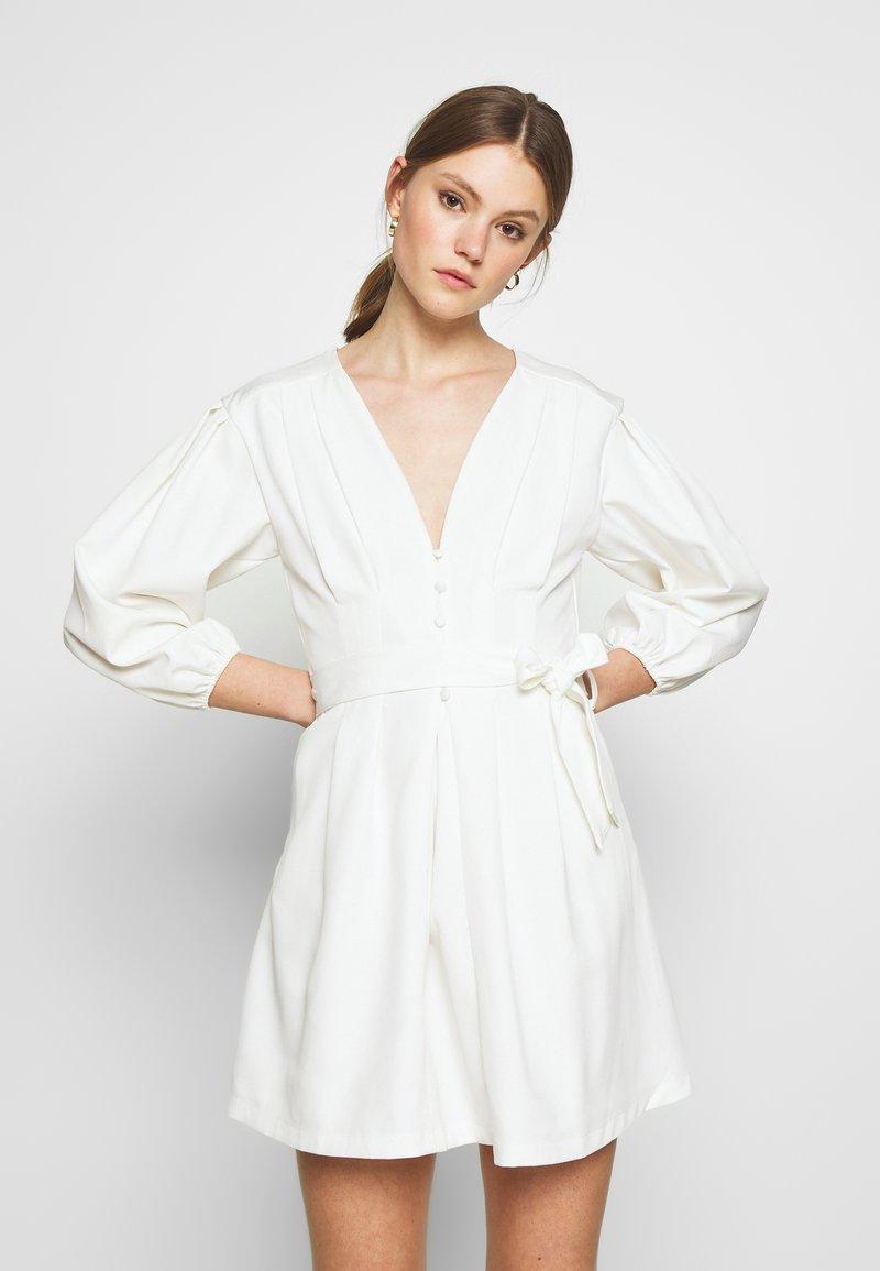 Missguided - PLUNGE SELF BUTTON BELTED - Vestito elegante - white