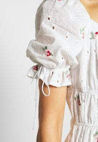 Missguided - BRODERIE EMBROIDERED MINI DRESS - Denní šaty - white - 4