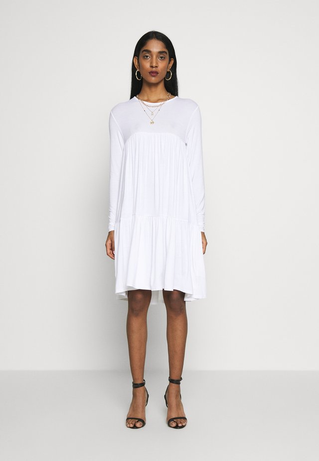 TIERED SMOCK DRESS - Sukienka z dżerseju - white