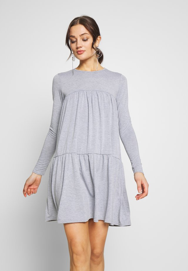 TIERED SMOCK DRESS - Jerseykjoler - grey