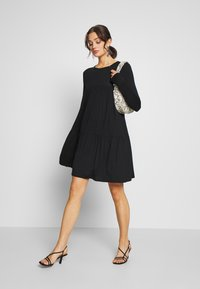 Missguided - TIERED SMOCK DRESS - Robe en jersey - black - 1