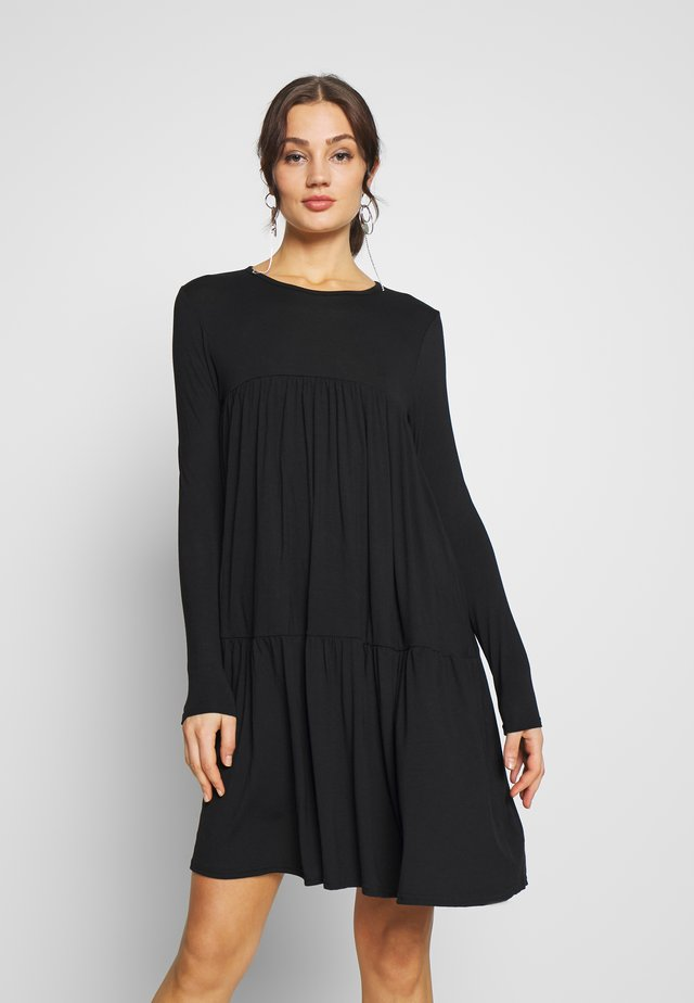TIERED SMOCK DRESS - Jerseykjoler - black
