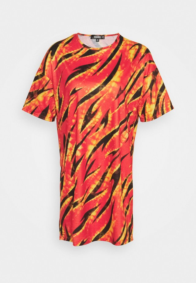 FESTIVAL EXCLUSIVE FLAME PRINT OVERSIZED DRESS - Jersey dress - red