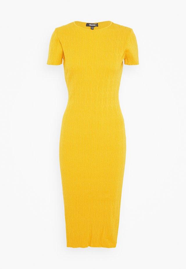TEXTURED CUT OUT BACK DRESS - Gebreide jurk - mustard