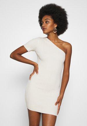 ONE SHOULDER MINI DRESS - Pletené šaty - sand