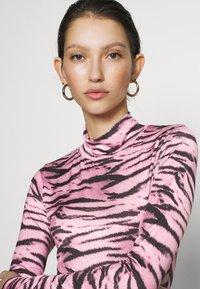 Missguided - TIGER PRINT SLINKY RUCHED MINI DRESS - Shift dress - lilac - 3