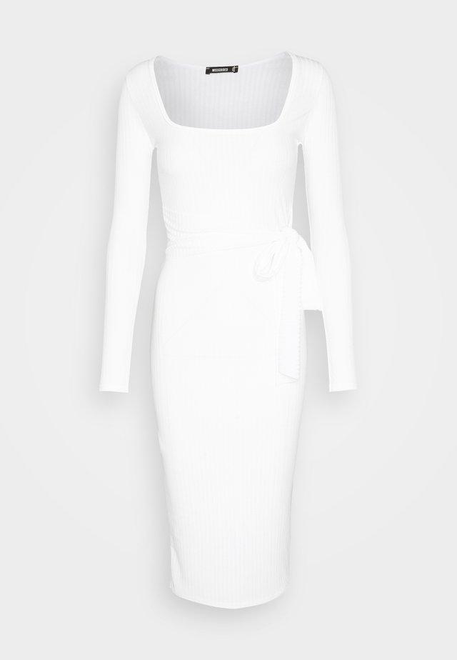 SCOOP NECK SELF TIE MIDI DRESS - Fodralklänning - cream
