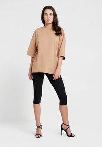 Missguided - DROP SHOULDER OVERSIZED 2 PACK - T-shirts - camel/black - 1