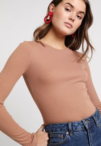 Missguided - BASIC LONG SLEEVE BODYSUIT 2 PACK - Longsleeve - black/camel - 4