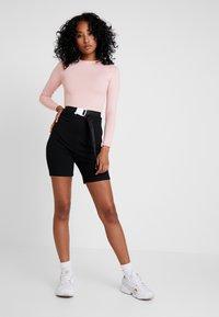 Missguided - LONG SLEEVED SEATBELT BODYSUIT - T-shirt à manches longues - pink - 1