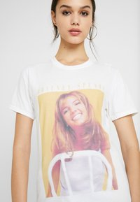 Missguided - BRITNEY SPEARS GRAPHIC - T-shirt imprimé - white - 4