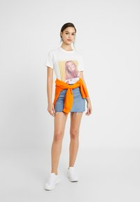 Missguided - BRITNEY SPEARS GRAPHIC - T-shirt imprimé - white - 1