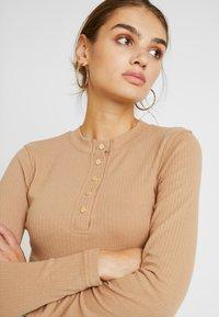 Missguided - POPPER HIGH NECK BODYSUIT - Bluzka z długim rękawem - brown - 4