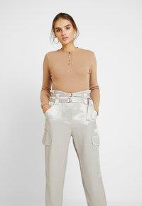 Missguided - POPPER HIGH NECK BODYSUIT - Bluzka z długim rękawem - brown - 0