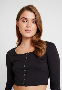 Missguided - POPPER LONG SLEEVED CROP TOP - T-shirt à manches longues - black - 4