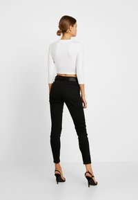 Missguided - BUTTON FRONT LONG SLEEVE CROP - Långärmad tröja - white - 2