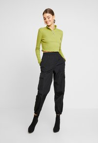 Missguided - HIGH NECK LETTUCE HEM ZIP UP CROP 2 PACK - Long sleeved top - split pea/brilliant white - 1