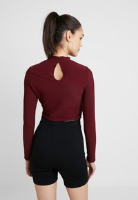 Missguided - CUT OUT CROP - Long sleeved top - burgundy - 2